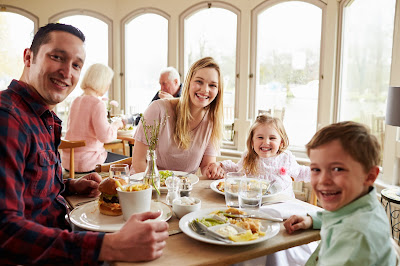 Kids-Eat-Free-Tips-for-Dining-With-Family