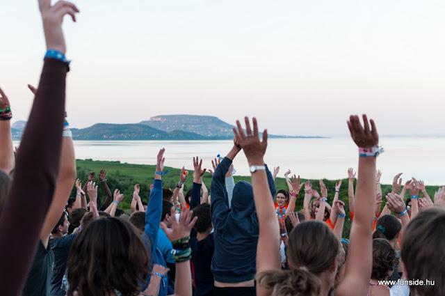 Köszönhetően a Hankook támogatásának, negyven nagycsaládos gyerek tölthet egy hetet (július 17-23. között) Balatongyörökön nemzetközi angol táborban. A lehetőséget pályázat útján nyerték el a 10-17 év közötti fiatalok. A sok esetben nehéz anyagi körülmények között élő tehetséges diákok életre szóló élményekkel és nyelvtudással gyarapodnak a táborban.