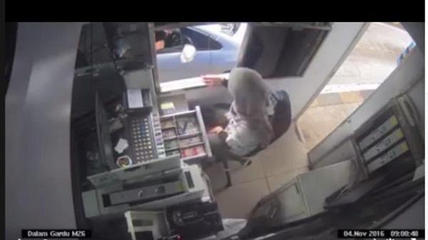 Heboh Video Petugas Tol Wanita Dianiaya Pengendara Mobil. Videonya Jadi Viral di Medsos.