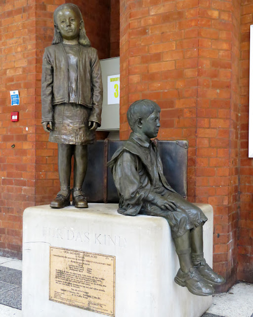 Für Das Kind, For the Children by Flor Kent, memorial to Kindertransport, Liverpool Street Station, London