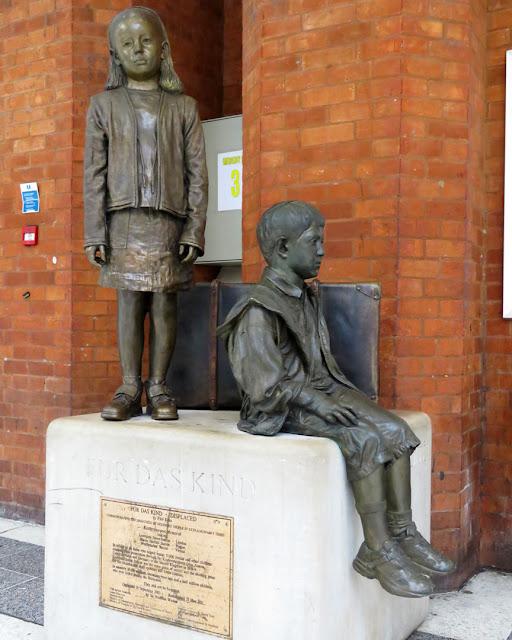 Für Das Kind, For the Children by Flor Kent, memorial to Kindertransport, Liverpool Street Station, London