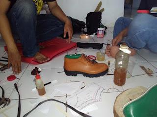 membuat sepatu boot