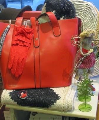 Bolso y guantes rojos