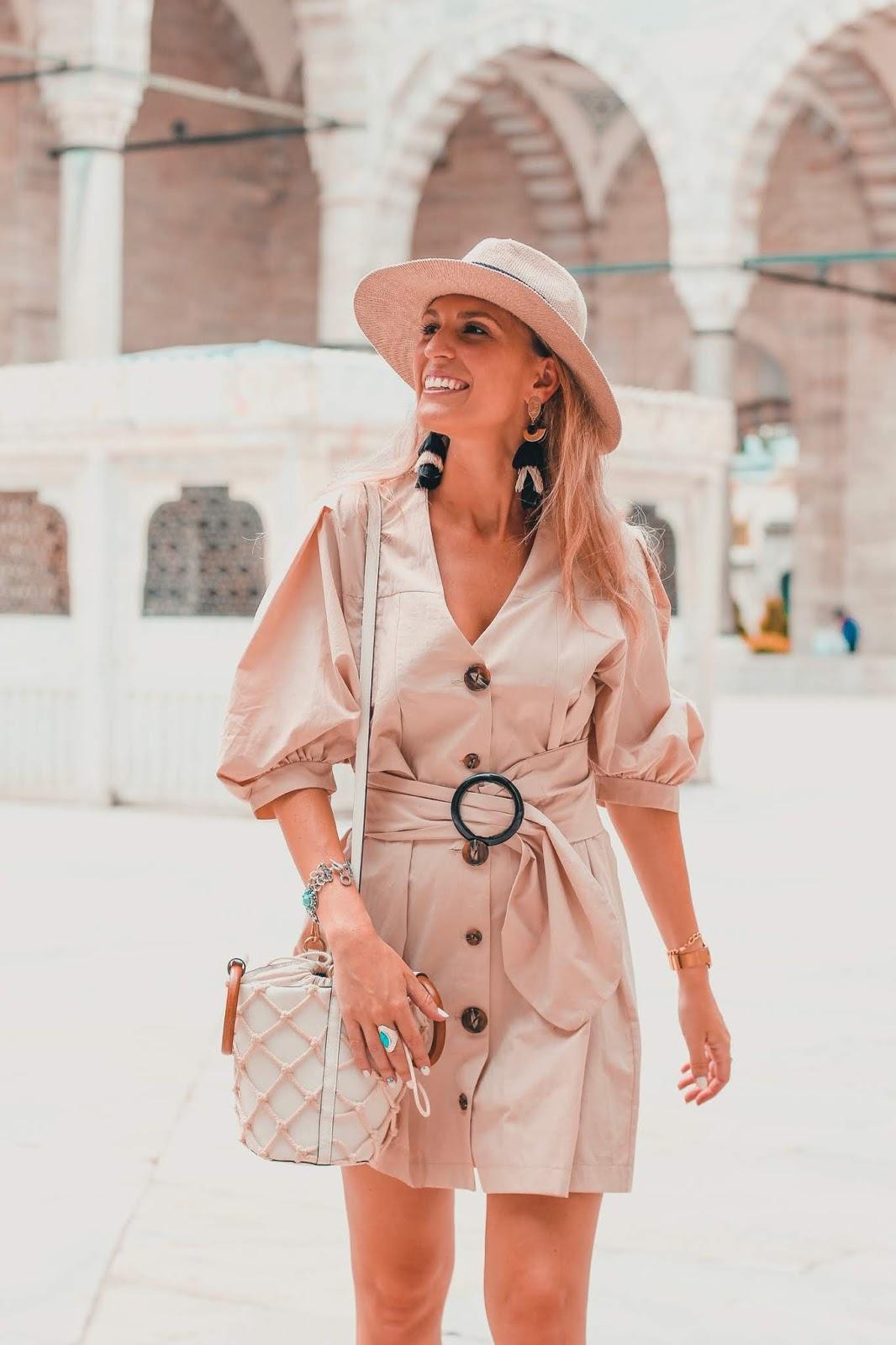 vestido con botones beige
