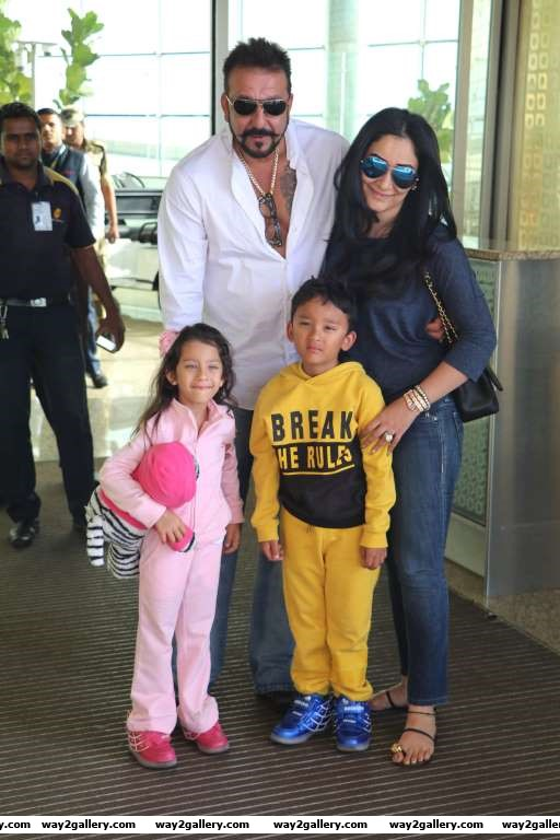 Our shutterbug caught Sanjay Dutt and family at the Mumbai airport