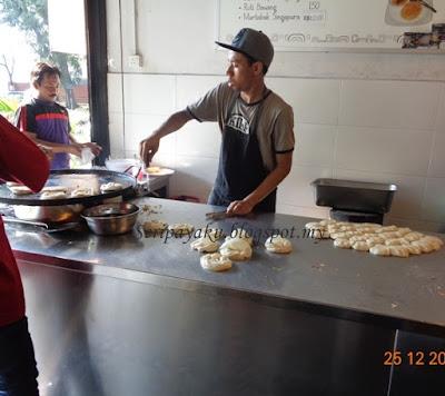 Dapur Pertama Dengan Tukang Tebar Roti Canai Yang Sangat Laju Buat Kerja Sambil Menebar Goreng Tu Tak Bei Itu Pun Pelayan Siap
