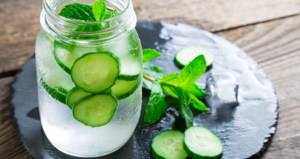 10 receitas e benefícios da água de pepino para sua saúde
