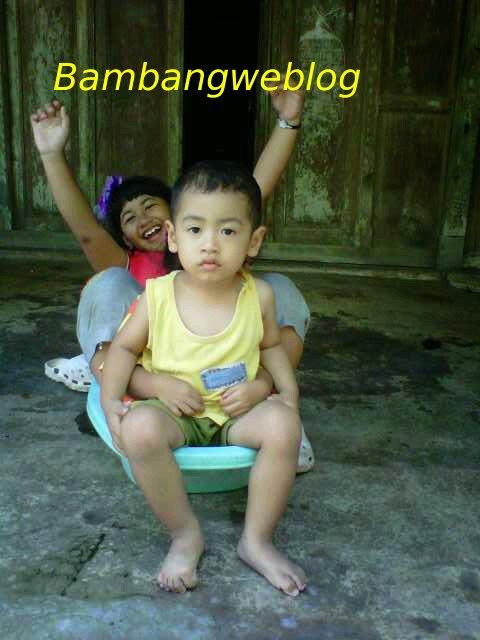 Foto Anak Lucu Bermain dengan Ember