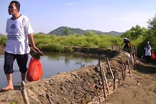 Aksi bersih pantai kawasan ekowisata mangrove