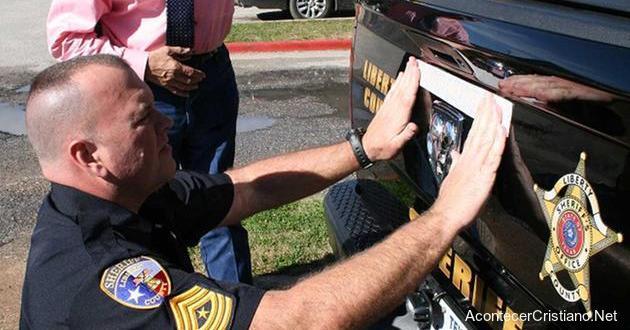 """Policías colocan """"En Dios Confiamos"""" en patrulleros"""