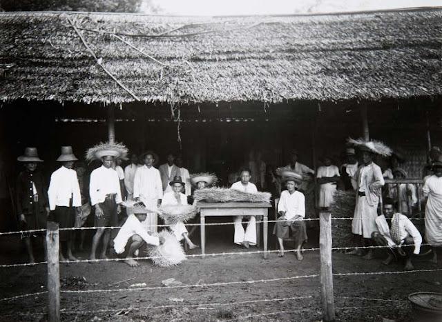 Foto. Groepsportret met gevlochten hoeden, Tjikoepa (between 1920 and 1935)