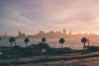 Vue sur des palmiers, le Golden Gate bridge et Los Angeles