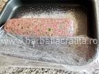 Rulada de carne tocata preparare reteta - o asezam peste pesmet in tava, ajutandu-ne si in acelasi timp inlaturand folia aflata dedesubt