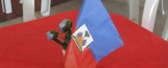 Os haitianos que vivem no Brasil com visto humanitário e foram autorizados a obter residência permanente no país ganharam um prazo adicional de 6 meses para regularizarem a situação. A medida foi publicada na edição deste sábado (12/11/16) do Diário Oficial da União.  No ano passado, em 11 de novembro, o Ministério da Justiça anunciou que 43,7 mil migrantes do Haiti teriam direito ao visto de residência permanente, conhecido como o Registro Nacional de Estrangeiro (RNE), e deu prazo de uma no para os haitianos se regularizarem. O problema é que a Polícia Federal não está liberando agendamentos para que os migrantes – de qualquer nacionalidade, não apenas os haitianos – tirarem ou renovarem sua documentação. A demora se concentra em São Paulo, cidade que concentra o maior volume de solicitações. O sistema de agendamentos da PF não libera datas há mais de três meses – e o problema parece longe de uma solução definitiva.