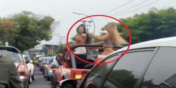 2 Bule Berpakaian Seksi Hebohkan Bali Dengan Joget di atas Mobil Kelilingi Bali
