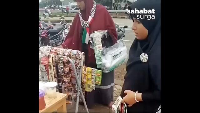 Potret Pengungsi asal Palestina, Jualan di Trotoar Stadion Pakansari Bogor