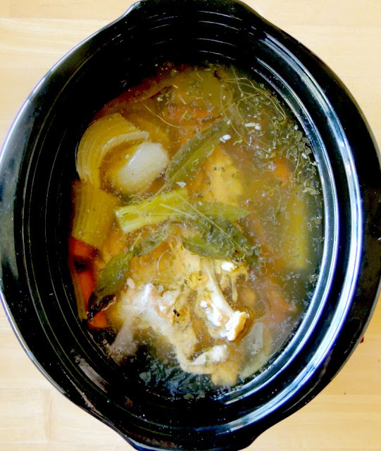 Slow Cooker Chicken Stock from www.bobbiskozykitchen.com