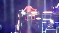 Τραγικό❗ Τραγουδιστής έπεσε στην καταπακτή την ώρα της συναυλίας ➤➕〝📹ΒΙΝΤΕΟ〞
