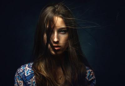 Impresionante chica con ojos azules