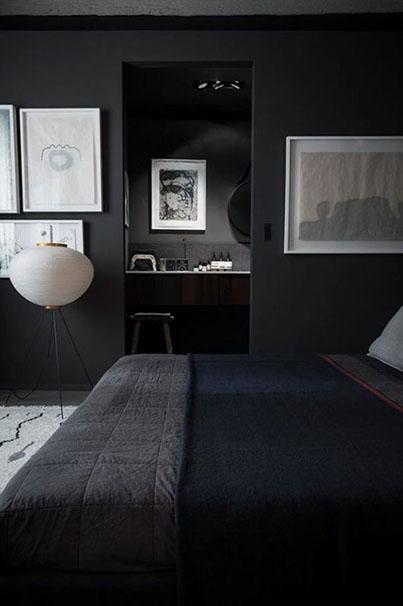 décoration chambre noire murs noirs lit noir cadres blancs