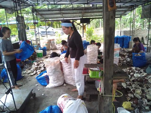 Parmi dan Heni pencukil buah kelapa tempat Hendra bekerja