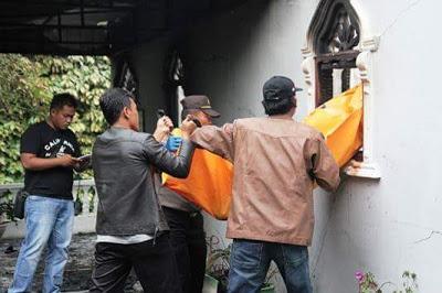 Anggota Kepolisian Polres Pematangsiantar, saat mengevakuasi korban Kebakaran di jalan Serumpun kompleks Stadion Pematangsiantar, Selasa (7/3/2017)