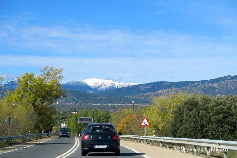 マドリードの雪山を眺めるドライブ
