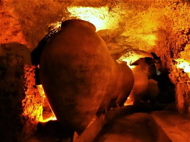 Requena: tinajas en las cuevas de la villa
