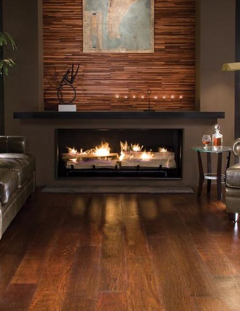 широкий камин с красивым деревянным оформлением