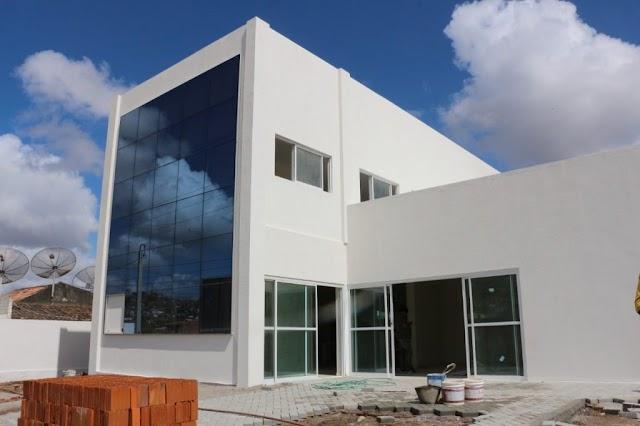 Prefeito visita obra do futuro prédio do Bolsa Família