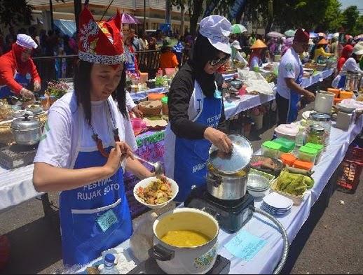 rame nya festival rujak soto banyuwangi