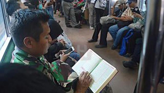 MasyaAllah, Prajurit TNI ini Rutin Baca Qur'an di KRL, Alasannya Bikin Merinding