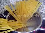 Spaghete cu sos de rosii preparare reteta - punem pastele la fiert in apa cu sare