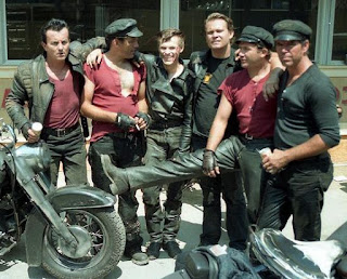 Willem Dafoe y su banda de moteros en el rodaje de Calles de fuego