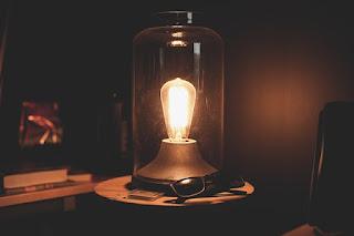 暖かな光を放つ電球