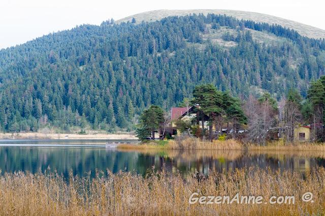 Sonbaharda güzel bir Abant gölü manzarası ve göl üstündeki yansımalar