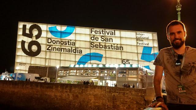 Un servidor, frente al Kursaal del festival de cine de San Sebastián
