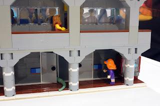 Detalle de la parte posterior de las gradas, donde se ubican los servicios y la máquina de refrescos.