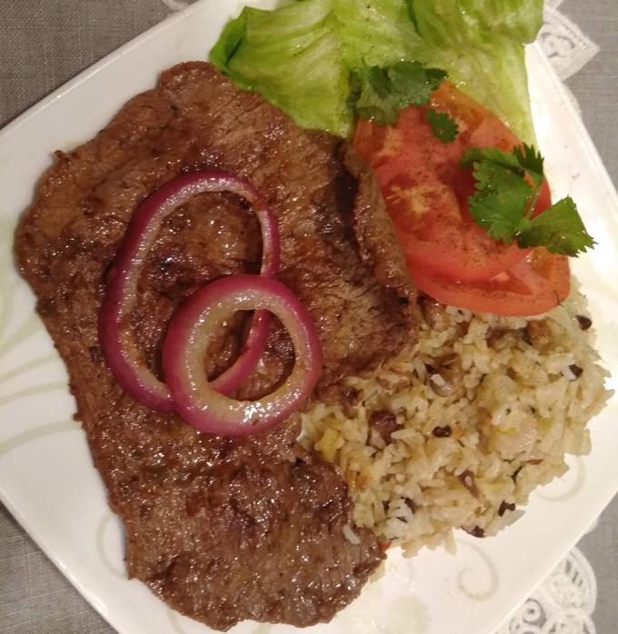 Comida dominicana Bistec, moro y ensalada