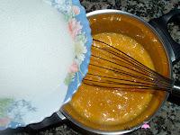 Añadiendo azúcar a los huevos batidos