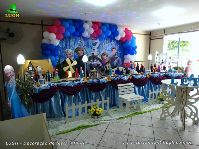 Mesa decorativa do bolo de aniversário tema Frozen para festa infantil
