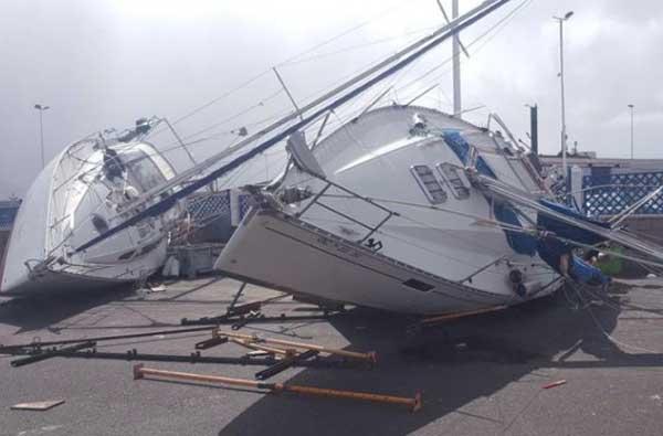 El viento ha azotado fuerte,mente a Agaete. En el Puerto de Las Nieves ha volcado varias embarcaciones