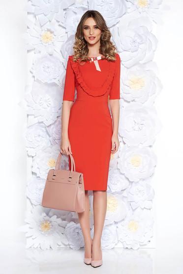 Rochie LaDonna corai eleganta tip creion din stofa usor elastica captusita pe interior accesorizata cu brosa