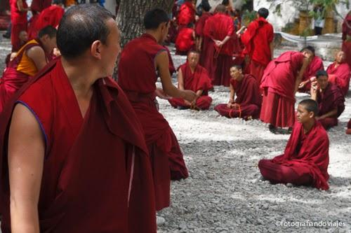 Debate en el monasterio de Sera en Lhasa Tibet