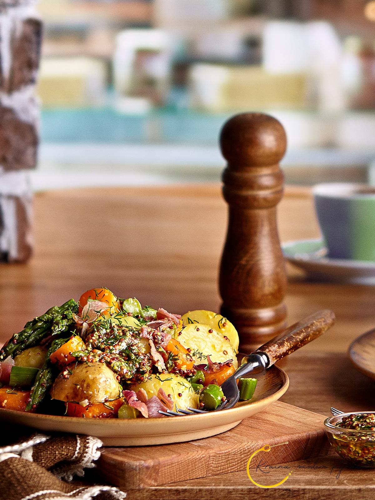 Młode warzywa w sosie musztardowym, pomysł na szparagi, sałatka ziemniaczana, sałatka ze szparagami, sałatka z marchewką, szparagi na obiad, sos musztardowy, sos z musztardą francuską, musztarda francuska, kraina miodem płynąca, fotografia kulinarna szczecin,