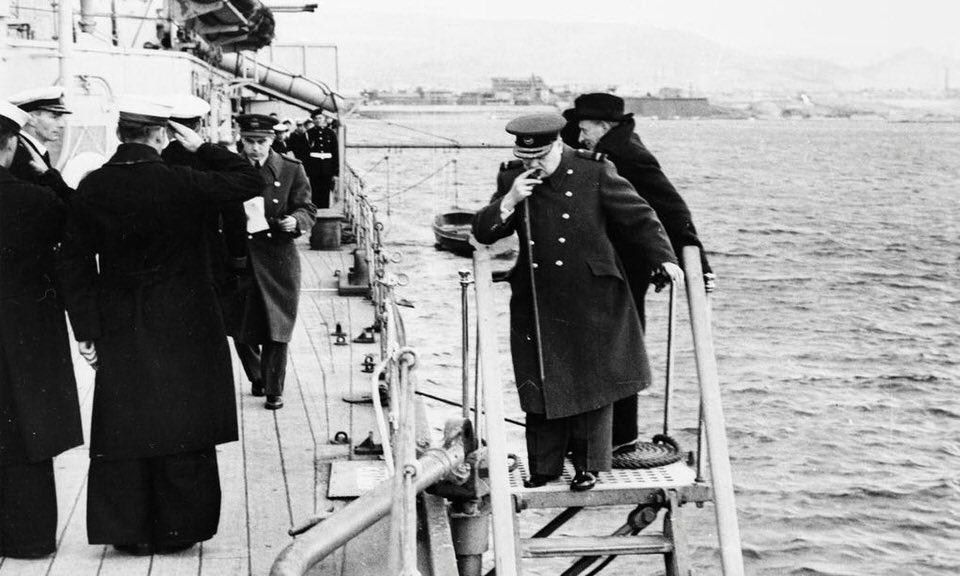 Ο Ουίνστον Τσώρτσιλ εγκαταλείπει το HMS AJAX για να συμμετάσχει σε διάσκεψη στην Αθήνα.