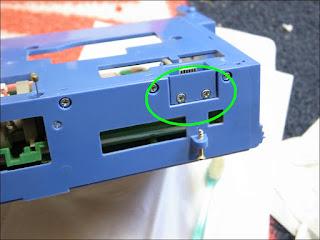 iRobot Roomba 577 ブラシモーターの接点の取り外しはこの2本