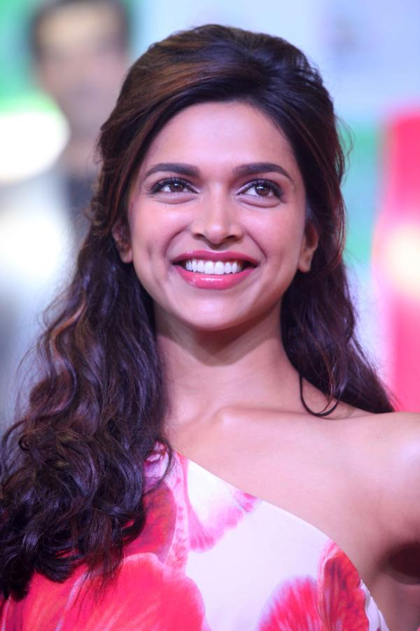 Deepika Padukone Big Teeth Show Photos