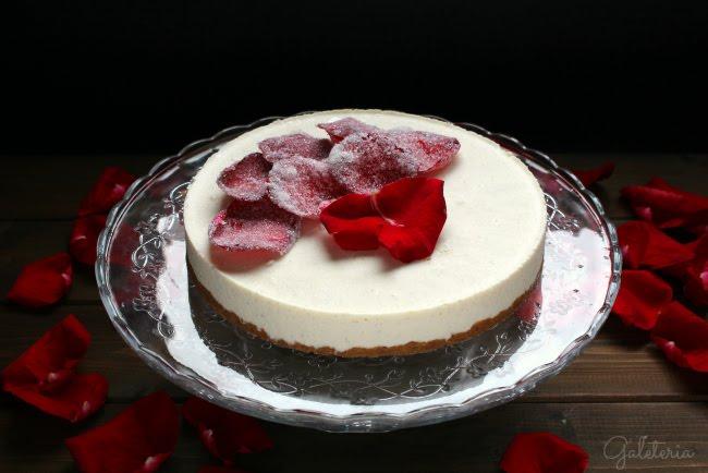 Tarta mousse vainilla rosas cristalizadas