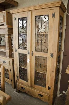 Armário rústico com vidros e ferragens decorativas